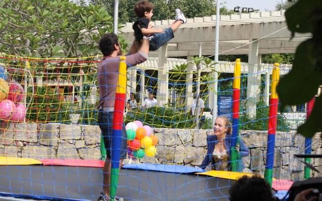 Angélica assiste à Eriberto Leão enquanto o ator brinca com seu filho, João