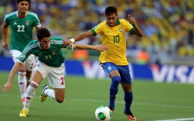 Neymar tenta passar pela marcação do México