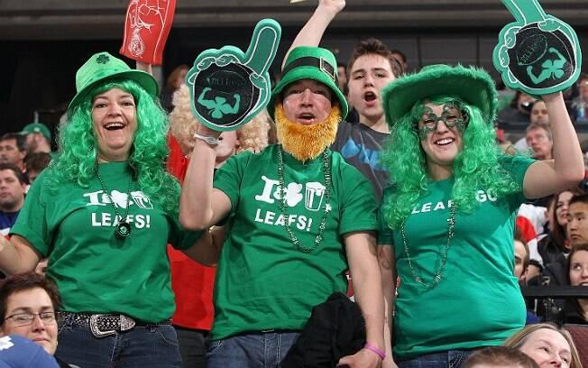 Torcedores acompanham partida entre Ottawa Senators e Toronto Maple Leafs, times de hóquei no gelo da NHL, durante o Saint Patrick's Day de 2012. Nenhum dos clubes tem o verde como cor