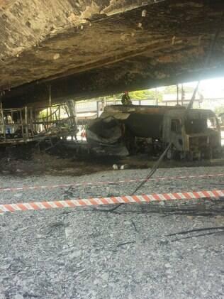 Na madrugada de sábado (13), dois caminhões bateram sob o viaduto e um deles, que transportava produto inflamável, pegou fogo
