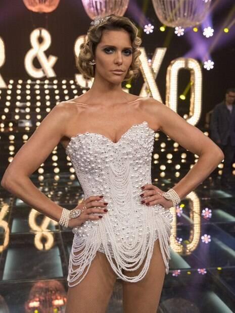 Fernanda Lima se destaca com figurinos excêntricos