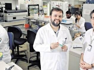 Estudos. A vacina o para tratamento da dependência química é um projeto interdisciplinar coordenado pelo professor adjunto de psiquiatria Frederico Duarte Garcia e pelo professor Ângelo de Fátima, do Departamento de Química Orgânica, ambos da Universidade Federal de Minas Gerais