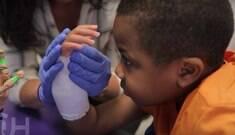 1ª criança a receber transplante de mãos já pode escrever