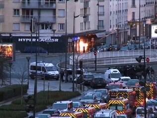 Momento em que a polícia invade o mercado judeu no leste de Paris