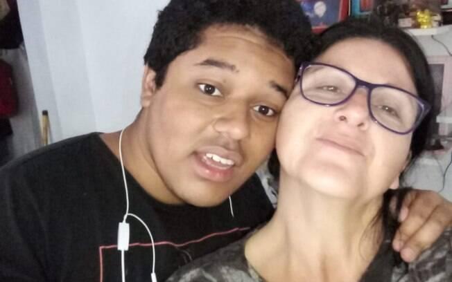 Silvana, 49, é mãe do João Vitor Emanuel,20, e relata a sua trajetória de luta e aprendizado como mãe solo de um menino