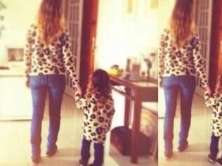 Fernanda Rodrigues e a filha, Luiza, usam a mesma roupa
