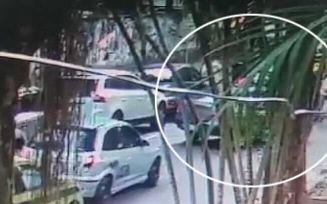 Imagens de câmera de segurança mostram momento em que mulher é abordada por assaltantes no Rio
