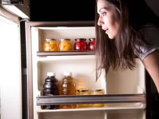 Abrir a geladeira várias vezes ou deixá-la muito tempo aberta sobrecarrega o sistema e aumenta o consumo de energia