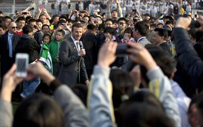 Multidão tira fotos de Beckham durante  apresentação em Pequim
