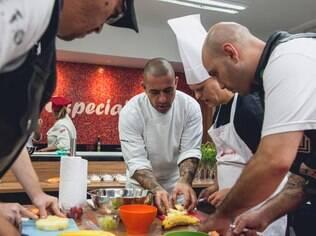 Em São Paulo, pessoas com Down têm lugar exclusivo para praticar habilidades culinárias