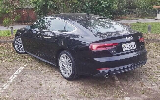 É possível abrir o porta-malas de 480 litros do Audi A5 Sportback passando o pé por baixo do para-choque traseiro