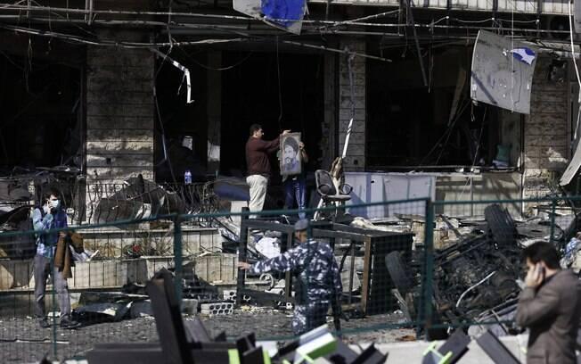 Foto do líder do Hezbollah, Sheik Hassan Nasrallah, entre escombros após explosão dupla no subúrbio de Beir Hassan, Beirute, Líbano