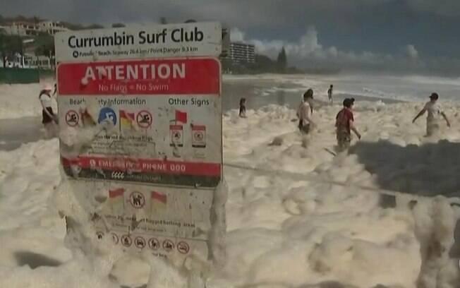 Crianças curtem ondas de espuma na Austrália