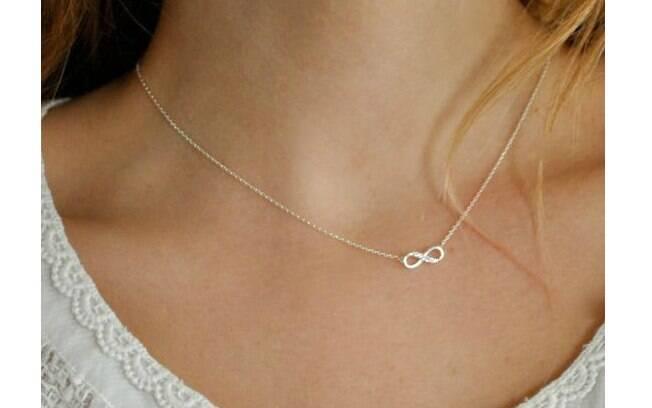 O símbolo do infinito pode ser colocado de forma discreta em seu pescoço