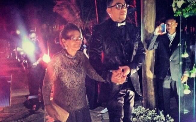 Dona Ivonete entra com Naldo no casamento do filho com a Mulher Moranguinho