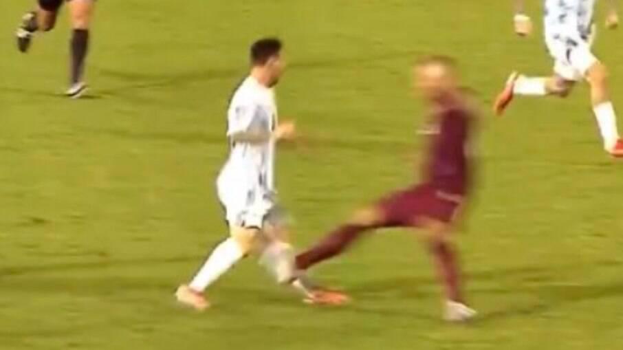 Messi sofre entrada duríssima em jogo contra a Venezuela