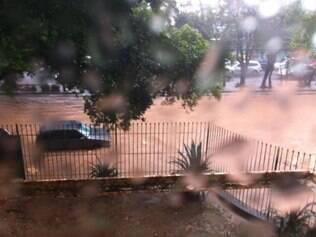 Avenida do Contorno, na região do Prado, também ficou alagada
