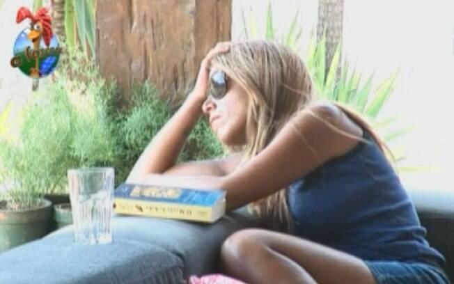 Raquel Pacheco fica pensativa na varanda