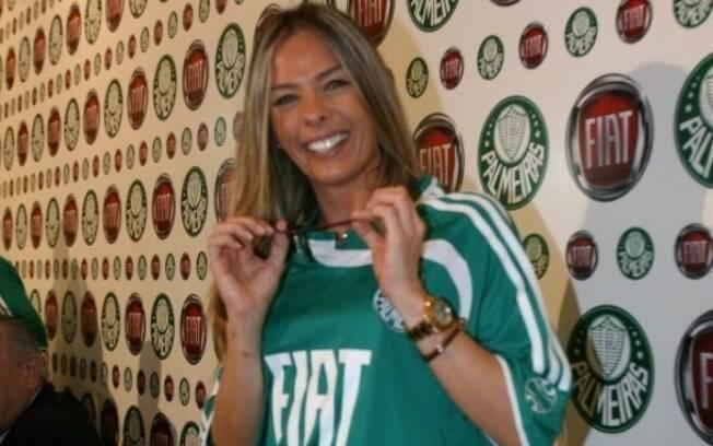 Adriane Galisteu em apresentação de uniforme do Palmeiras