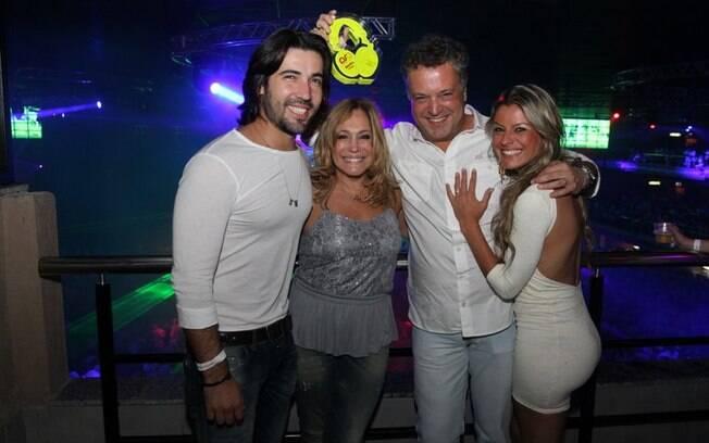 Sandro Pedroso e Susana Vieira ao lado de Rodrigo Vieira e sua namorada