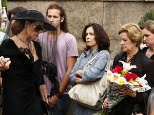 A enfermeira encara Tereza Cristina após o enterro de Marcela: suspeita
