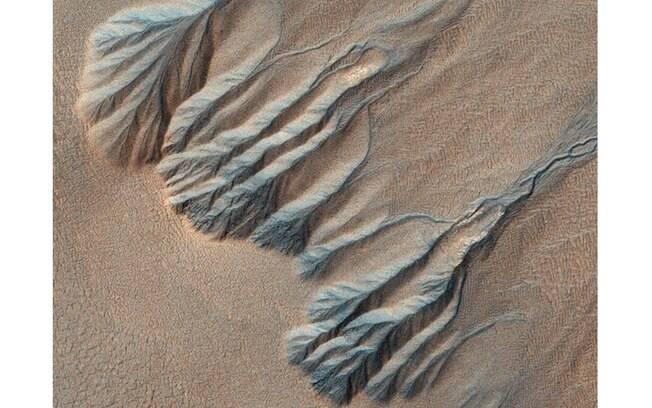 Imagem aérea se assemelha a veias e artérias. Cientistas acreditam que paisagem pode ter sido criada por água em estado líquido há milhões de anos atrás em Marte