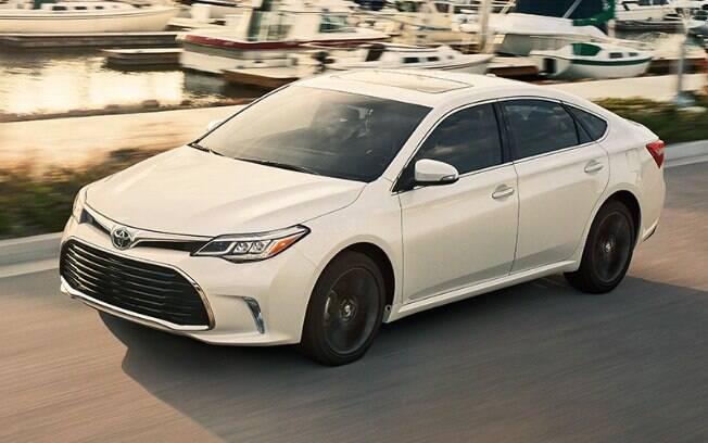 """O Toyota Avalon tem característica de """"luxo despretensioso"""" e tem na sua linha a versão híbrida entre os sedãs grandes"""