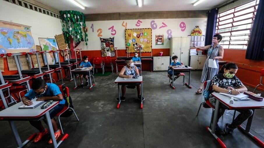 Prefeitura de SP autoriza volta das aulas presenciais após fase emergencial