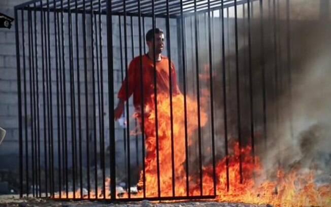 Estado Islâmico divulga vídeo onde suposto piloto jordaniano é queimado vivo em gaiola, no dia 3 de fevereiro. Foto: Reprodução/Twitter