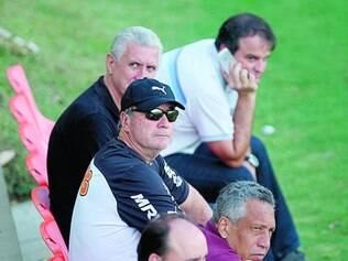 Observador. Ao lado do diretor de futebol Eduardo Maluf, técnico Levir Culpi ficou de olho no trabalho dos jogadores na Cidade do Galo