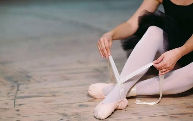 Aproveite a fantasia e faça um strip-tease, comece desenrolando a meia-calça