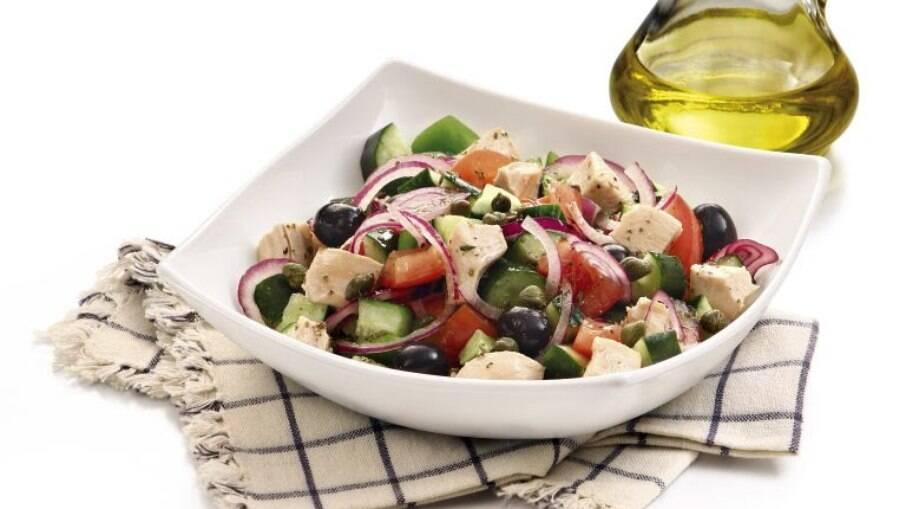 A salada grega com frango é perfeita para um almoço mais leve