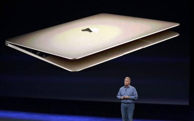 Phil Schiller, vice-presidente de Marketing da Apple, mostra as novidades do MacBook durante evento realizado nesta segunda-feira (9) em São Francisco, Califórnia