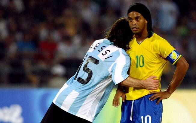 Ronaldinho recebe o abraço de Messi nas  Olimpíadas de Pequim. Brasil foi eliminado pela  Argentina na semifinal