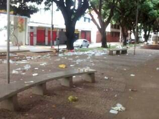 Praça estava repleta de lixos na manhã deste domingo (27)