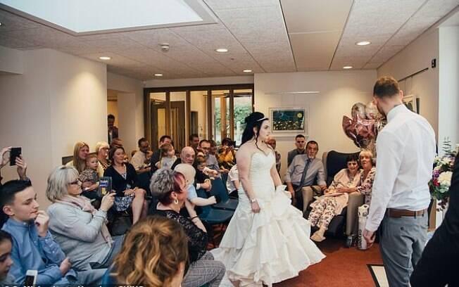 Imagens divulgadas pelo hospital mostram os convidados e a mãe da noiva participando do casamento