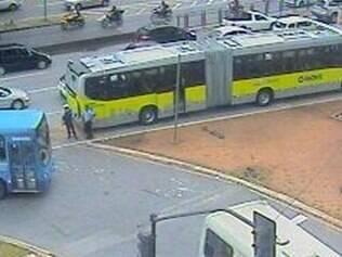 Ônibus ficou parado na pista e trânsito se complica no sentido centro