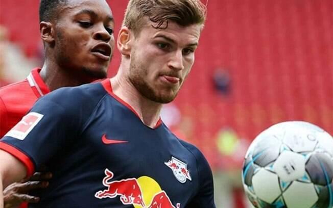 Atacante Werner disputa bola com adversário