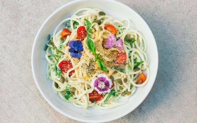 prato de macarrão com flores comestíveis