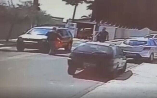 Motorista tentou agredir motoboy após atropelamento.