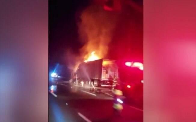 Caminhão dos Correios pega fogo na Adalberto Panzan