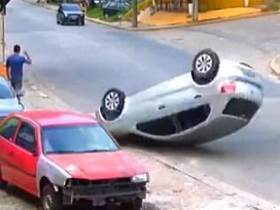 Carro capota; pedestre não se importa