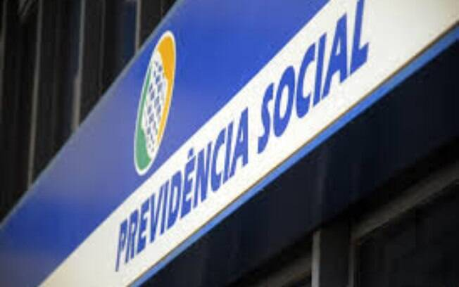 Bolsonaro sanciona lei para passar pente-fino nas irregularidades em recebimento de benefícios do INSS.