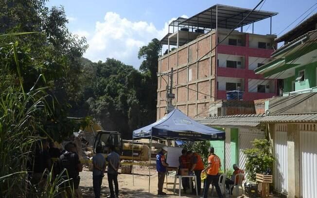 Prefeitura inicia trabalhos de demolição de dois prédios na comunidade da Muzema, no Rio de Janeiro
