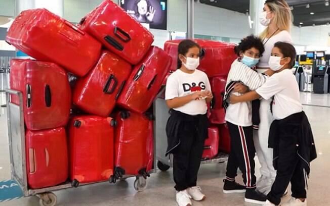 Esposa e filhos do ex-Corinthians Dentinho são barrados em aeroporto com cerca de 15 malas