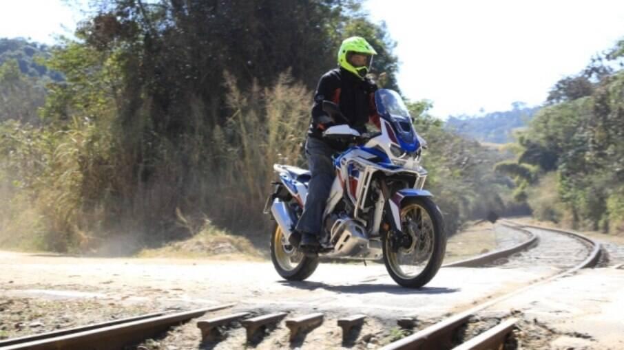 Na terra, a vantagem é da Africa Twin com câmbio manual pelo o que notamos durante a avaliação da moto
