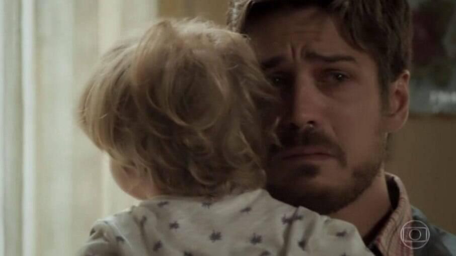 Zeca se emociona ao descobrir que é pai de Ruyzinho