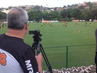 Alexandre Ceolin, auxiliar de tecnologia do Atlético, registra treinamento alvinegro