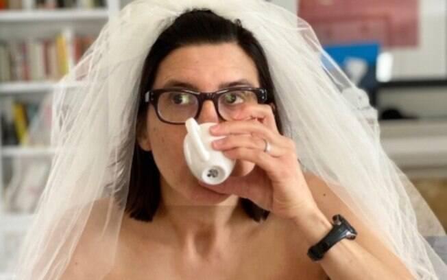 mulher com vestido de noiva tomando café