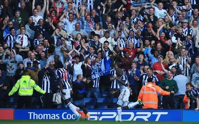 Lukaku corre em direção aos enlouquecidos  torcedores do West Bromwich, após marcar o gol do  empate em 5 a 5 com o Manchester United